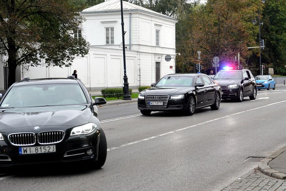 Kolumna z samochodem prezydenta Andrzeja Dudy (C) dojeżdża do Belwederu /Marcin Obara /PAP