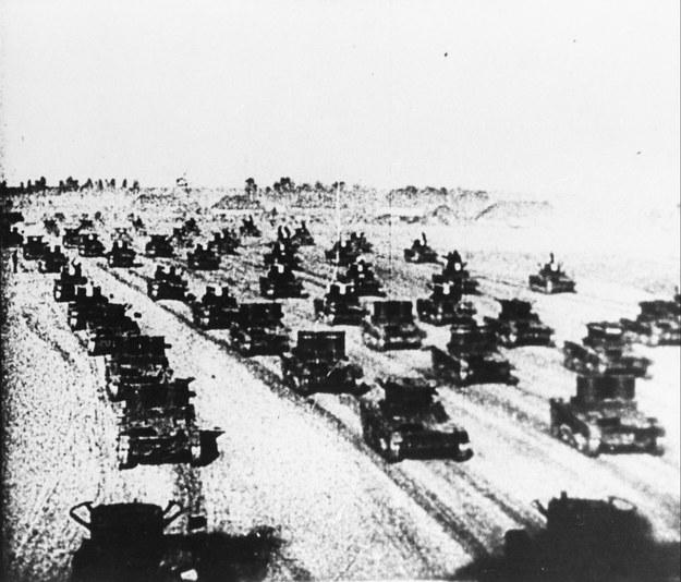 Kolumny czołgów sowieckich na polskiej ziemi 17 września 1939 roku. /Reprodukcja WFD /PAP