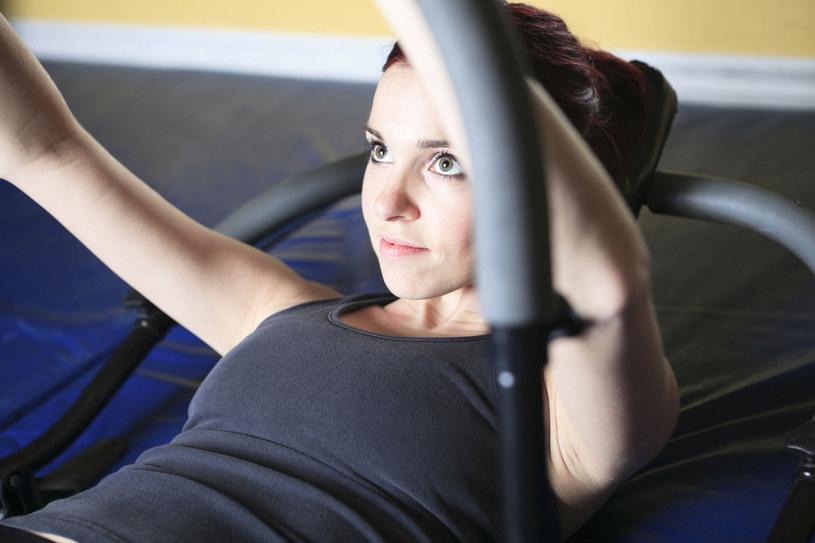 Kołyska kosztuje zaledwie 50 zł, a doskonale rzeźbi mięśnie brzucha. Wystarczy codziennie powtórzyć kilka prostych ćwiczeń, a dzięki konsekwencji znacznie zmniejszysz obwód pasa /123RF/PICSEL