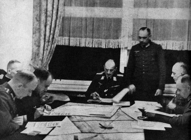 Komandorzy Stefan Frankowski i Marian Majewski w obecności kapitana Kasztelana (po lewej) podpisują w Grand Hotelu w Sopocie akt kapitulacji obronców Półwyspu Helskiego /East News