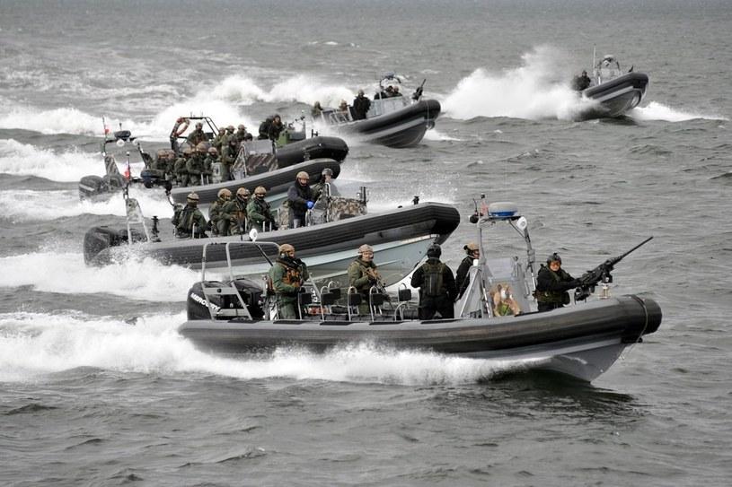 Komandosi GROM na lekkich łodziach /East News