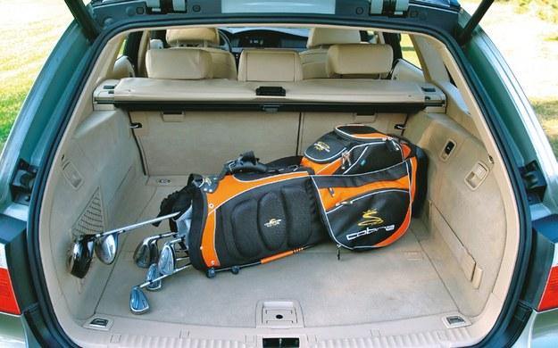 KOMBI (E61) Wzorowo ukształtowany bagażnik jest świetnie wykończony i bardzo pakowny. Ma pojemność 500-1650 l. /Motor