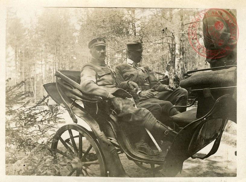 Komendant Józef Piłsudski wraca z inspekcji 4. pułku piechoty Legionów Polskich, 1915 r.; AAN, Zbiór fotografii, sygn. 11/1–127 /Archiwum Akt Nowych