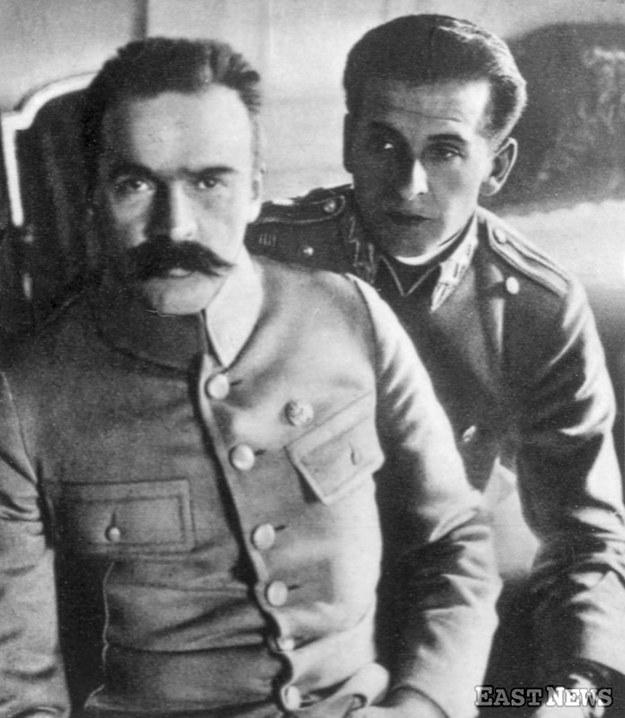 Komendant Legionów Józef Piłsudski ze swoim adiutantem por. Bolesławem Wieniawą-Dłogoszowskim (zdjęcie z 1916 r.) /Danuta Łomaczewska /East News