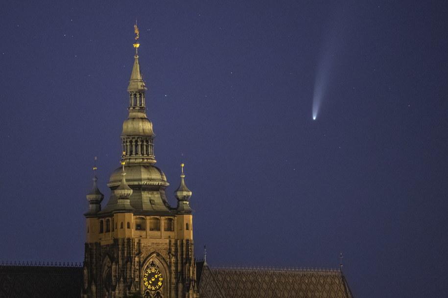 Kometa NEOWISE widoczna w Pradze /Martin Divisek /PAP/EPA