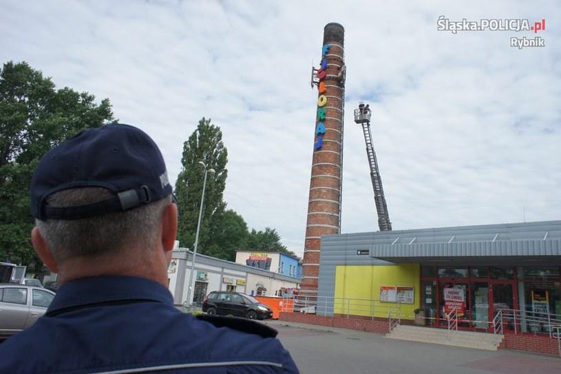 Komin usytuowany w rejonie ulicy Marii Skłodowskiej-Curie w Rybniku /Policja