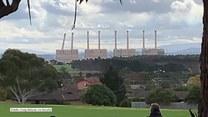 Kominy upadły jak kostki domina. Efektowne wyburzenie elektrowni w Australii