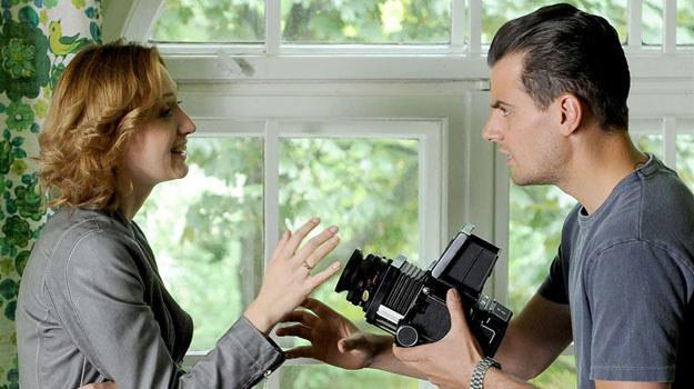 """""""Komisarz Alex"""": Czy Orlicz ulegnie zalotom atrakcyjnej fotografki? /Agencja W. Impact"""