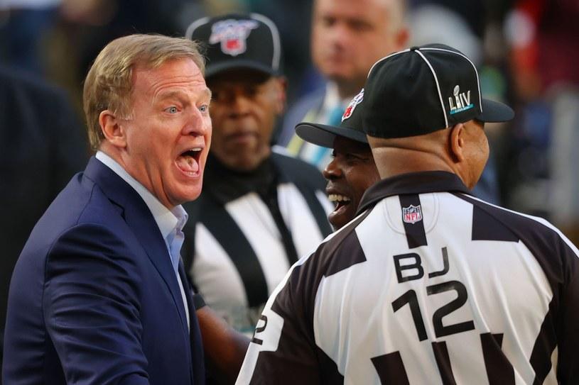 Komisarz ligi NFL Roger Goodell (z lewej) /AFP