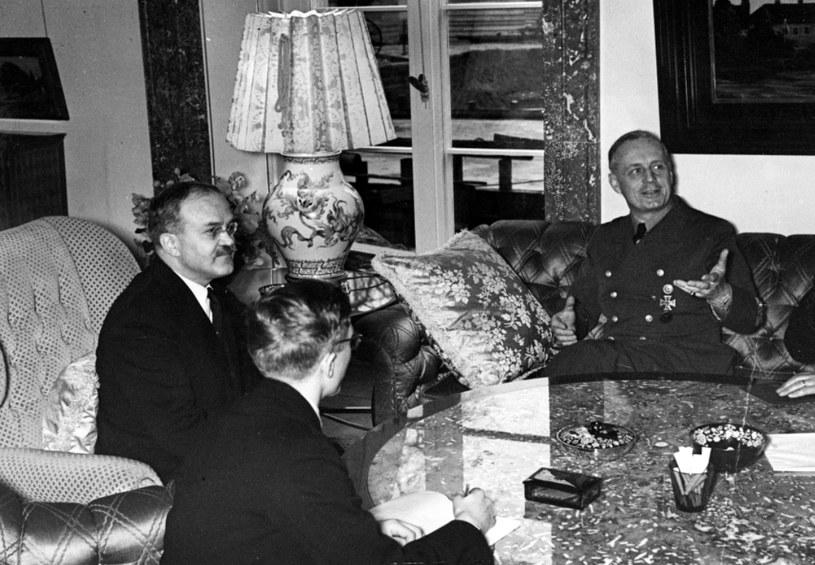 Komisarz ludowy Wiaczesław Mołotow (drugi z lewej) w czasie rozmowy z ministrem spraw zagranicznych Rzeszy Joachimem von Ribbentropem (z prawej) /Z archiwum Narodowego Archiwum Cyfrowego