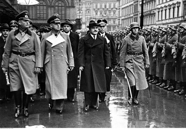 Komisarz ludowy Wiaczesław Mołotow (z prawej), minister spraw zagranicznych Rzeszy Joachim von Ribbentrop (w środku), marszałek Wilhelm Keitel (z lewej) kroczą przed frontem formacji honorowej. Rok 1940 /Z archiwum Narodowego Archiwum Cyfrowego