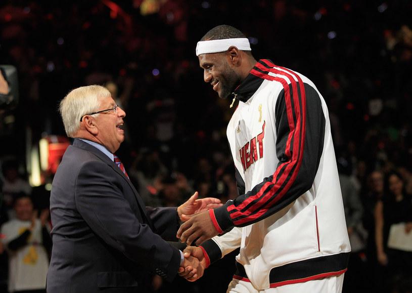 Komisarz NBA David Stern i gwiazda Miami Heat LeBron James /AFP