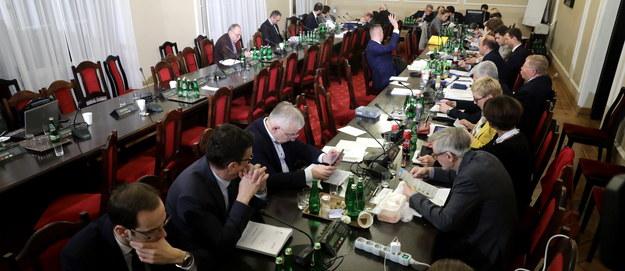 Komisja sprawiedliwości przeciw wnioskom opozycji ws. projektu o SN. W środę kolejne głosowania