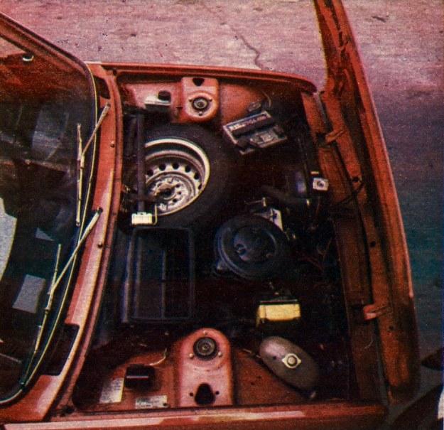 Komora silnikowa jest dość zatłoczona. Pomieszczono w niej także koło zapasowe. Dostęp do niektórych elementów silnika utrudniony. Dotyczy to zwłaszcza filtru oleju (kanał!). /Motor