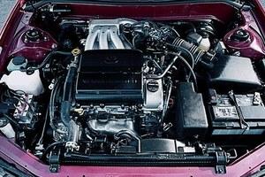 Komora silnikowa jest gęsto zabudowana, jak w każdym współczesnym samochodzie. /Toyota