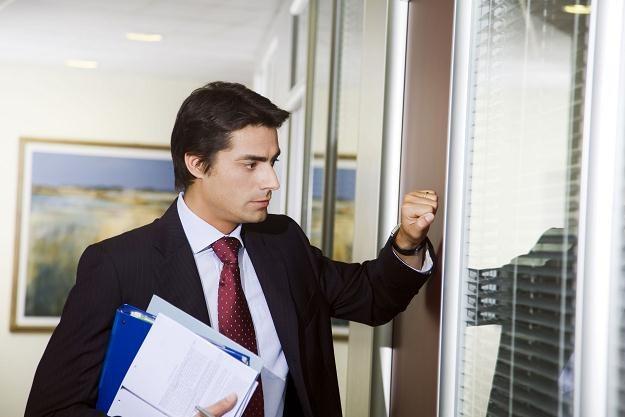 Komornik kuka do drzwi pracownika /©123RF/PICSEL