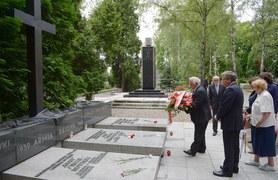 Komorowski złożył kwiaty na Powązkach