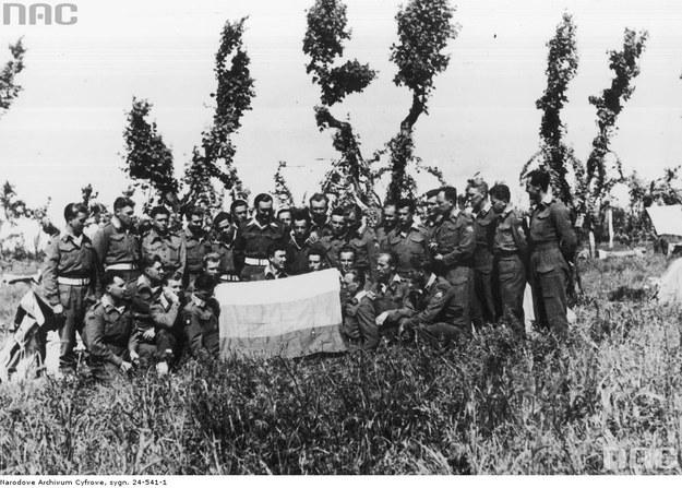 Kompania litewskich komandosów walczących w składzie 2 Batalionu Komandosów Zmotoryzowanych z litewską flagą (Castenaso, maj 1945) /Z archiwum Narodowego Archiwum Cyfrowego