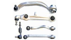 Komplet wahaczy przedniego zawieszenia A4 (na zdj. zestaw na jedno koło i końcówka drążka kierowniczego). Niemal identyczne rozwiązanie zastosowane w A6 i A8. /Motor