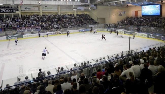 Komplet widzów na trybunach podczas szóstego meczu play off finału ekstraligi hokeja na lodzie pomiędzy Ciarko PBS Bank Sanok a GKS Tychy /Darek Delmanowicz /PAP