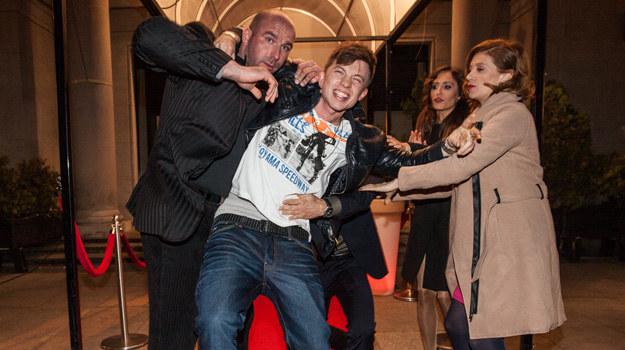 Kompletnie pijany Damian (Alan Andersz) wda się w bójkę przed nocnym klubem na czym przyłapią go paparazzi. /Polsat