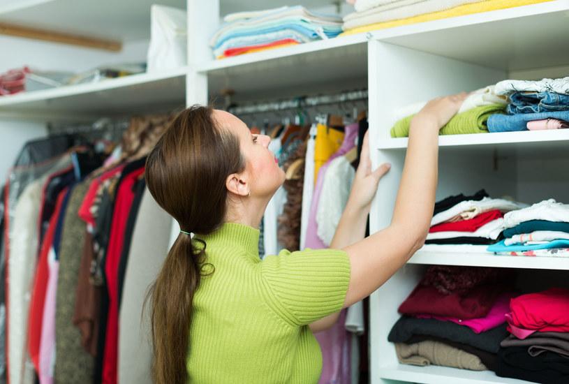 Kompletowanie stroju jest łatwiejsze, kiedy każdy element garderoby ma własne miejsce w szafie /123RF/PICSEL