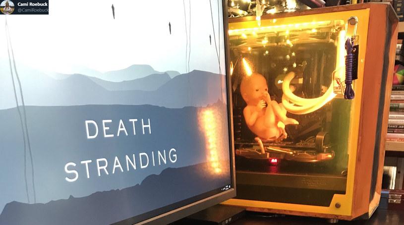 Komputer stylizowany na kapsułę dla płodów z gry Death Stranding /materiały prasowe