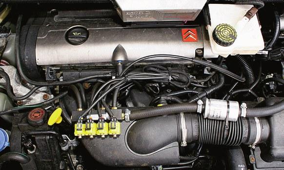 Komputery pokładowe wielu aut grupy PSA mają funkcję ostrzegania o niskim poziomie oleju. /Motor