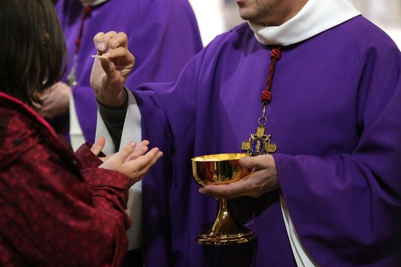 Komunia św. podczas mszy /East News
