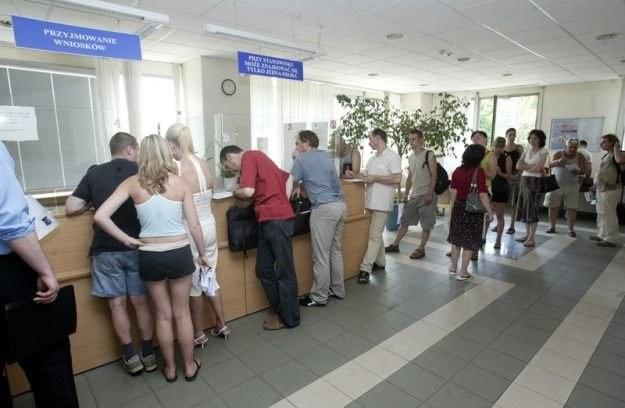 Komunikacja elektroniczna może zlikwidować problem kolejek w urzędach Fot. Michał Szalast /Agencja SE/East News