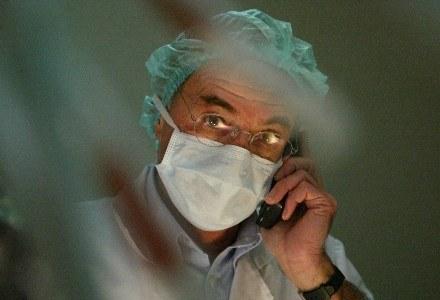 Komunikacja jest niezbędna w zawodzie lekarza /AFP