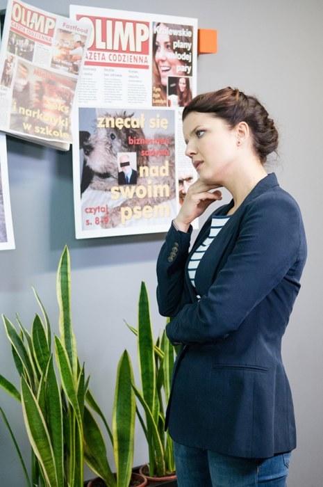 Konarska podłamie się po rozmowie z szefem. Kolega jednak przekona ją, że ten jeden raz powinna zrobić to, o co prosi Tomczyk /Agencja W. Impact