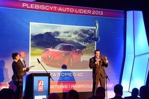 Koncern Fiata dwukrotnie odbierał nagrodę: dla Jeepa Grand Cherokee i Alfy 4C (na scenie Rafał Grzanecki, dyr. ds. PR). /magazynauto.pl
