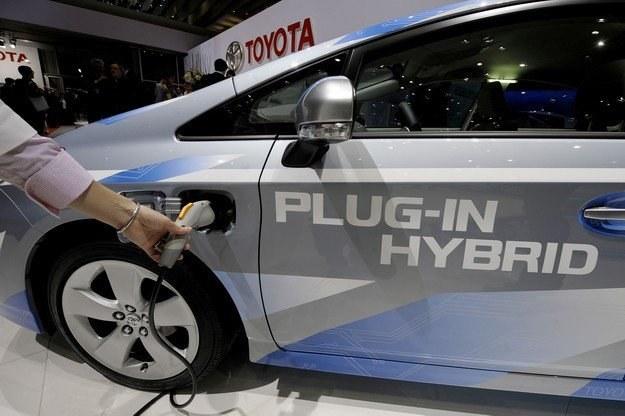 Koncerny motoryzacyjne pracują nad około setką projektów związanych z  elektrycznymi autami /