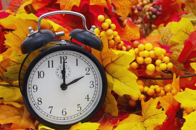 Końcówka października to czas, kiedy przekręcamy zegarki o godzinę do tyłu /123RF/PICSEL