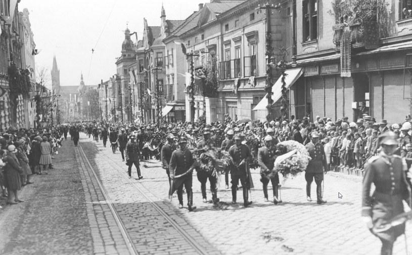 Kondukt pogrzebowy na ulicy Krakowskiej w Tarnowie /Z archiwum Narodowego Archiwum Cyfrowego