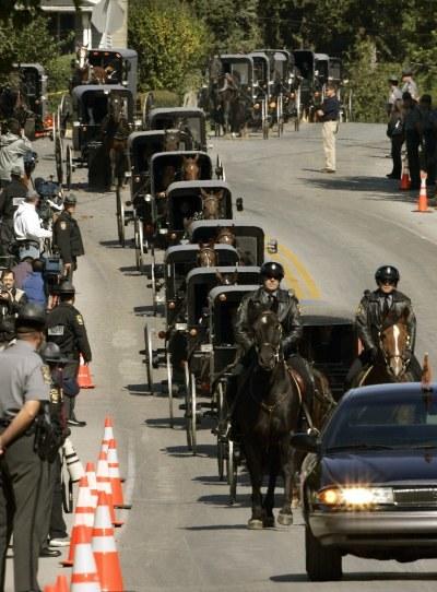 Kondukt żałobny podczas pogrzebu jednej z dziewczynek zastrzelonych w Nickel Mines /AFP