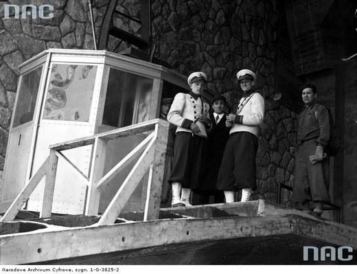 Konduktorzy kolejki linowej obok wagonika /Ze zbiorów Narodowego Archiwum Cyfrowego