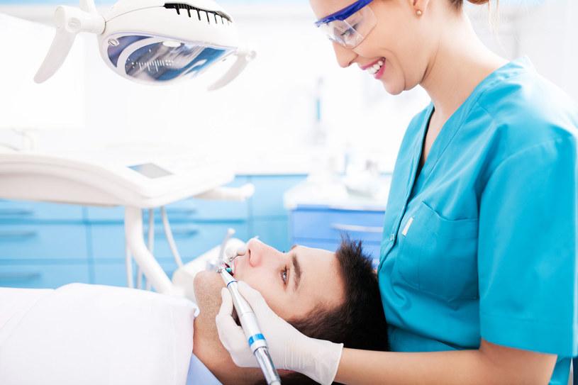 Kondycja naszych zębów ma niebagatelne znaczenia dla zdrowia ogólnego /123RF/PICSEL