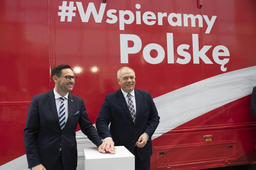 Konferencja PKN Orlen, kampania #WspieramyPolskę (od lewej: Daniel Obajtek, prezes PKN Orlen oraz Jacek Sasin, wicepremier i minister aktywów państwowych). /materiały prasowe