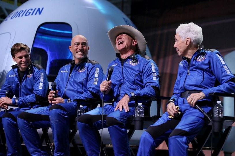 Konferencja po udanym locie. Od lewej Oliver Daemen, Mark Bezos, Jeff Bezos i Willy Funk /AFP