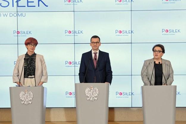 Konferencja prasowa. Od lewej Elżbieta Rafalska (MRPiPS), premier Mateusz Morawiecki i Anna Zalewska (MEN). /PAP