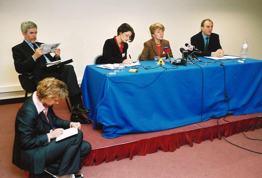 Konferencja prasowa w 2002 roku Danuty Hubner, po prawej stronie Jarosław Pietras wiceszef UKIE, po lewej rzeczniczka prasowa Ewa Haczyka. Na schodkach siedzi Katarzyna Szymańska – Borginon, dziennikarka RMF FM /Archiwum prywatne