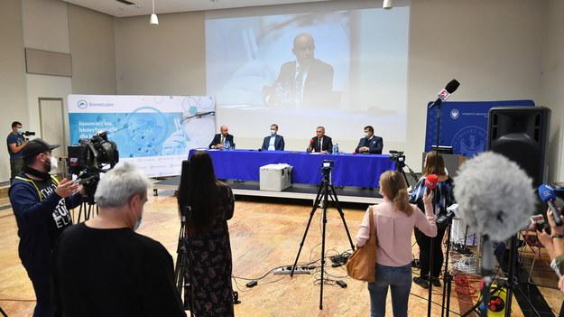 Konferencja ws. zakończenia produkcji pierwszej serii polskiego leku na Covid-19 z osocza ozdrowieńców do badań klinicznych /Wojtek Jargiło /PAP