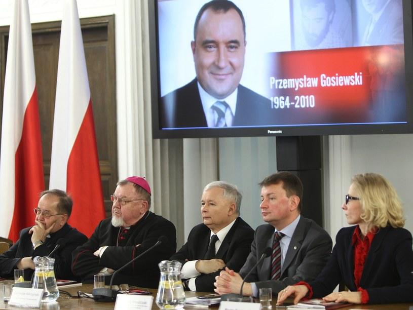 Konferencja wspominająca P. Gosiewskiego; Beata Gosiewska, wdowa po pośle i wicepremierze siedzi pierwsza od prawej (zdj. z marca 2015 roku) /STANISLAW KOWALCZUK /East News