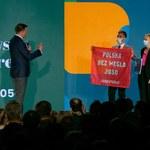 Kongres Polski 2050. Aktywiści weszli na scenę podczas przemówienia Szymona Hołowni