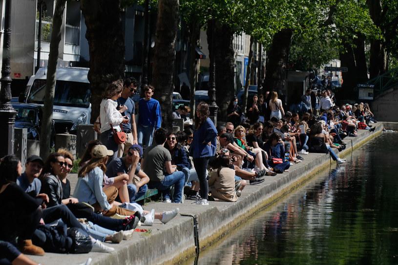 Koniec narodowej izolacji we Francji, tłumy nad kanałem Saint-Martin, Paryż, 16 maja 2020 /FRANCOIS GUILLOT /AFP