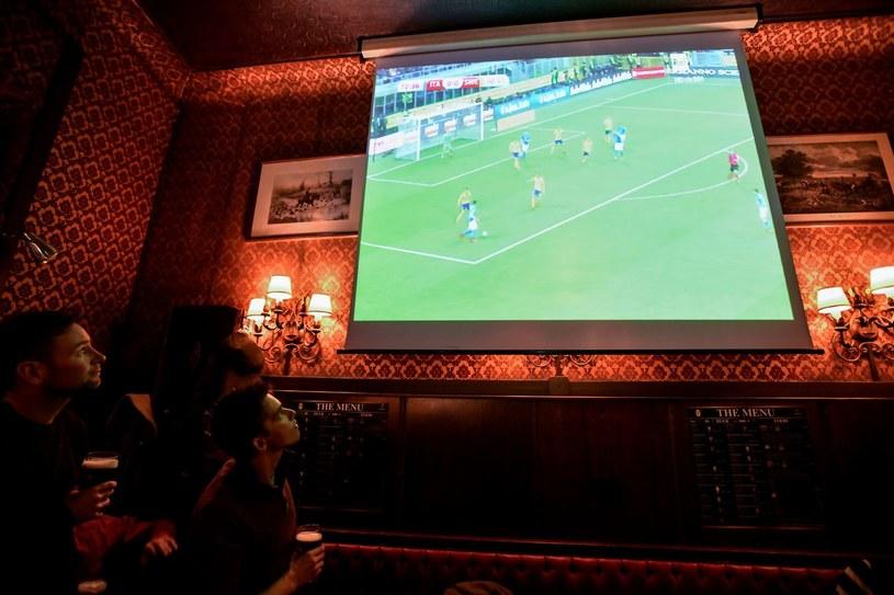 Koniec oglądania piłki w pubach? /AFP