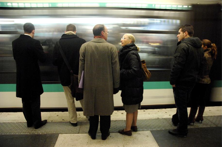 Koniec papierowych biletów na metro w Paryżu /YOAN VALAT  /PAP/EPA