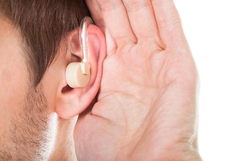 Koniec z aparatami słuchowymi? /123RF/PICSEL